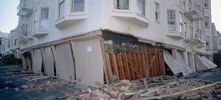 A soft-story building that collapsed during the 1989 Loma Prieta earthquake. ( Photo via J.K. Nakata, United States Geological Survey)
