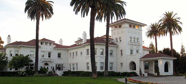 San Jose, which bought Hayes Mansion for $2.5 million in the 1980s, is poised to sell it for $47 million. (Image by Sanfranman59, via Wikimedia Commons)